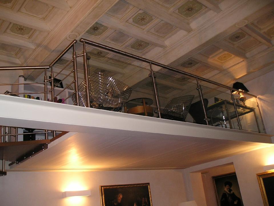 Popolare Ringhiera in metall e vetro per soppalco in ambiente classico AC01