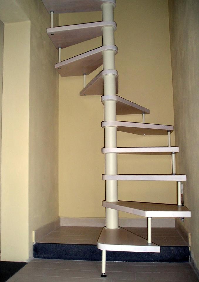 Sale le scale senza nulla 10