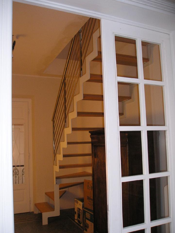 Scala a rampa per spazi ristretti in metallo e legno - Scale per appartamenti ...