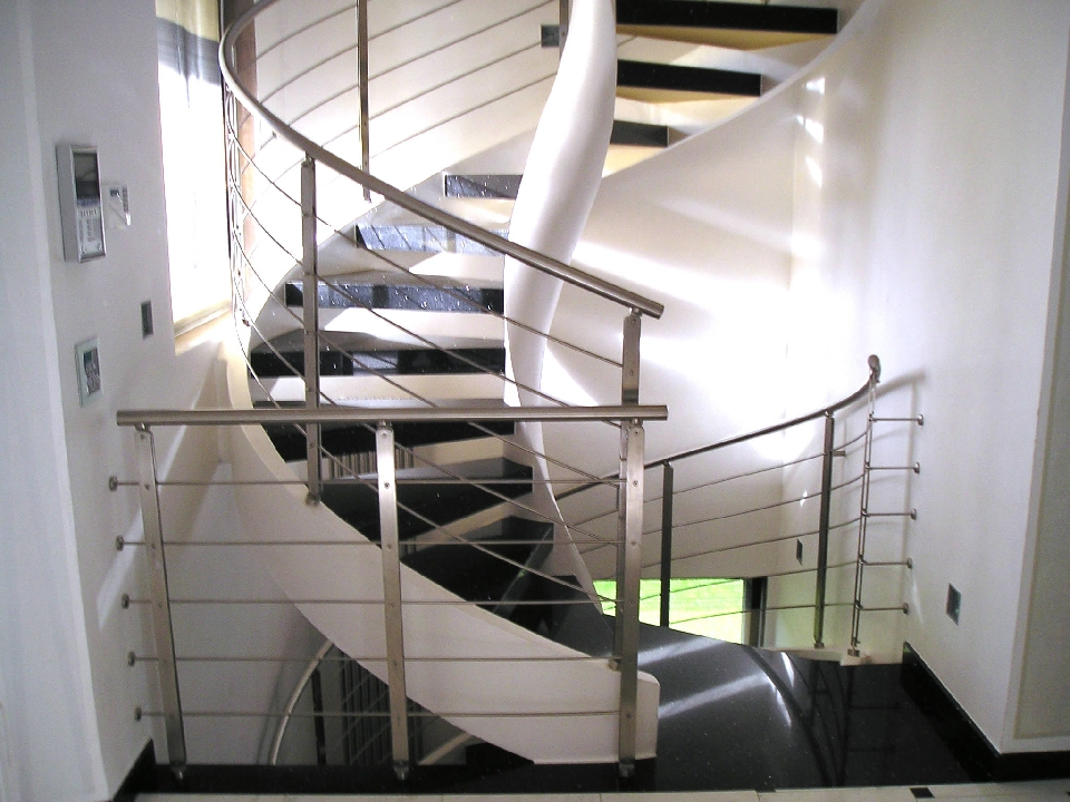 Scala elicoidale per uffici moderni e aziende hi tech for Uffici moderni
