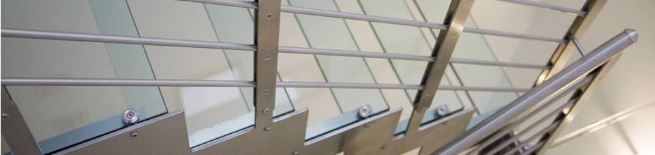 Foto scala in vetro e metallo