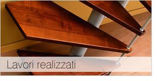 Foto gradini di scala a chiocciola in legno